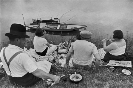 henri-cartier-bresson-near-juvisy-france-1938-river-picnic