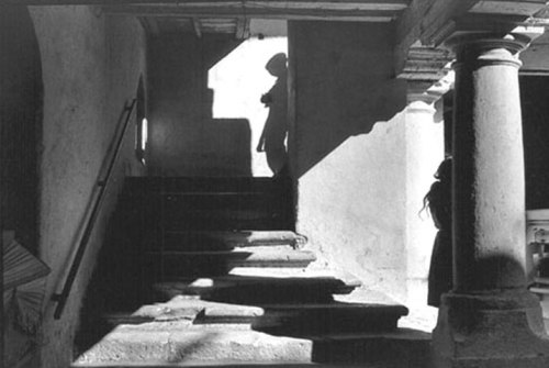 lev4henri-cartier-bresson-mexico-1964-mans-shadow-girl-leaning